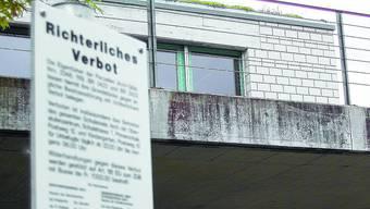 Richterliches Verbot: Seit Ende März darf man das Schulhausareal während der Nachtstunden nicht mehr betreten. (Jürg Amsler)