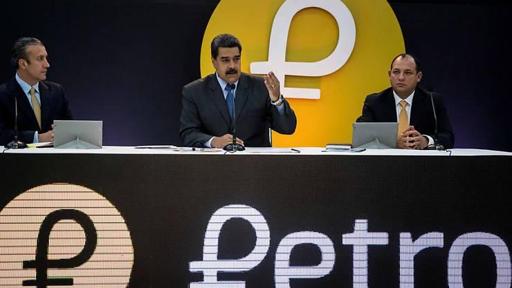 Der venezolanische Präsident Nicolás Maduro (Mitte) versucht, die wirtschaftliche Misere seines Landes mit einer neuen Crypto-Währung in den Griff zu bekommen. (Archivbild)