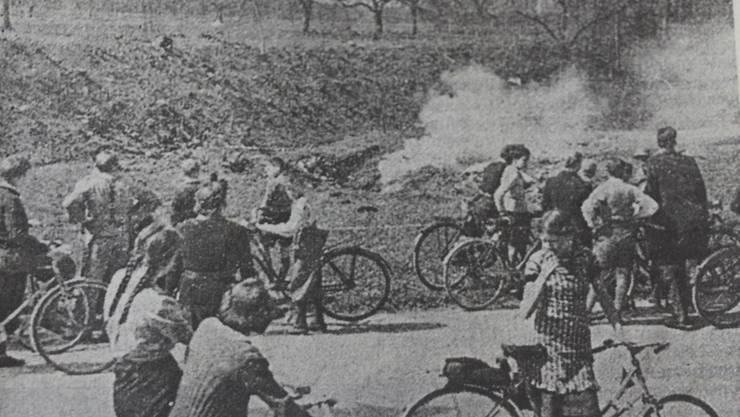 15. April 1943: Kinder vor den rauchenden Trümmern des Bombers.