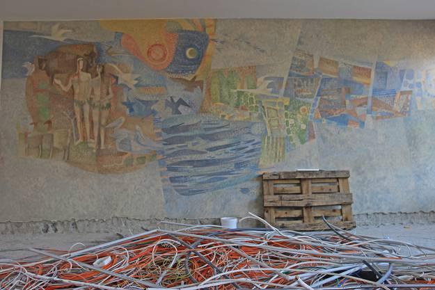 Wie das Schulhaus selbst ist auch dieses Wandgemälde beim Haupteingang vergänglich