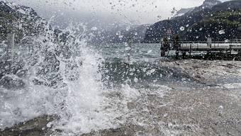 Ein Föhnsturm peitscht am Urnersee das Wasser ans Ufer in Brunnen SZ. (Archivbild)