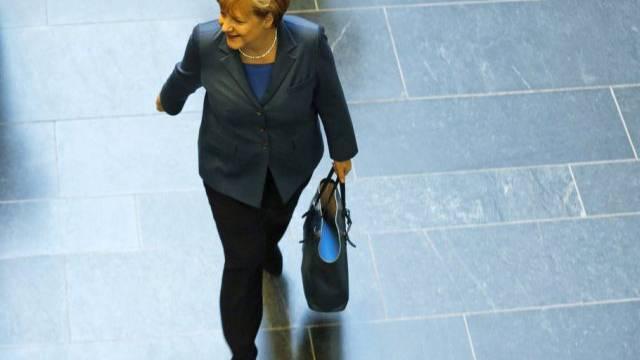 Bundeskanzlerin Angela Merkel auf dem Weg zu Sondierungsgesprächen