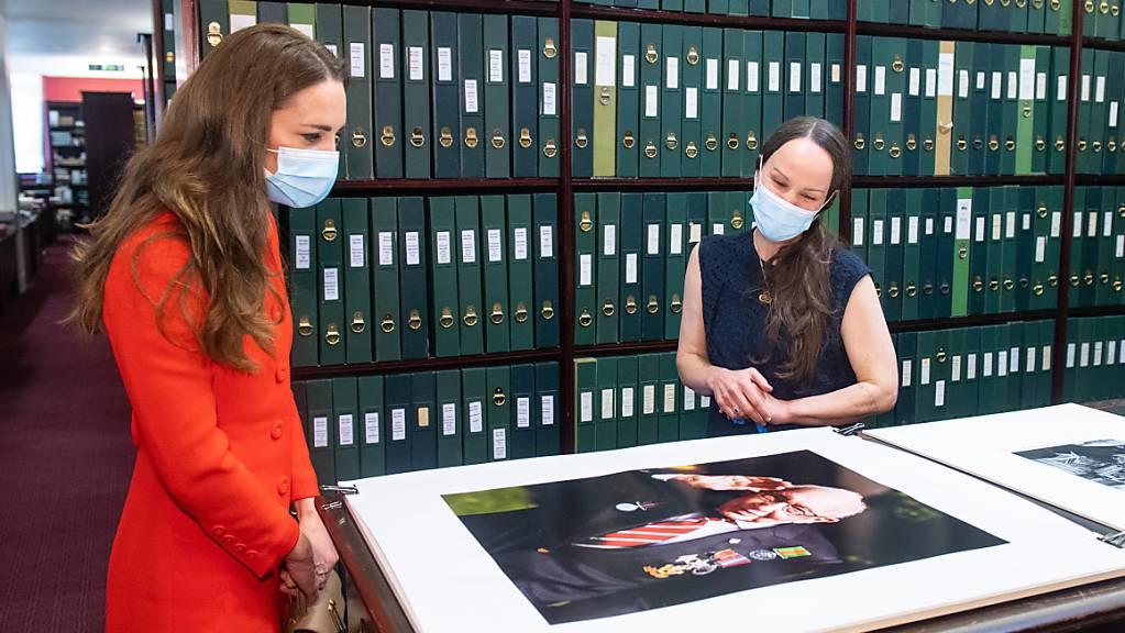 Kate, Herzogin von Cambridge, betrachtet mit Kuratorin Magda Keaney ein Foto von Kapitän Moore im Archiv in der National Portrait Gallery. Foto: Dominic Lipinski/PA Wire/dpa
