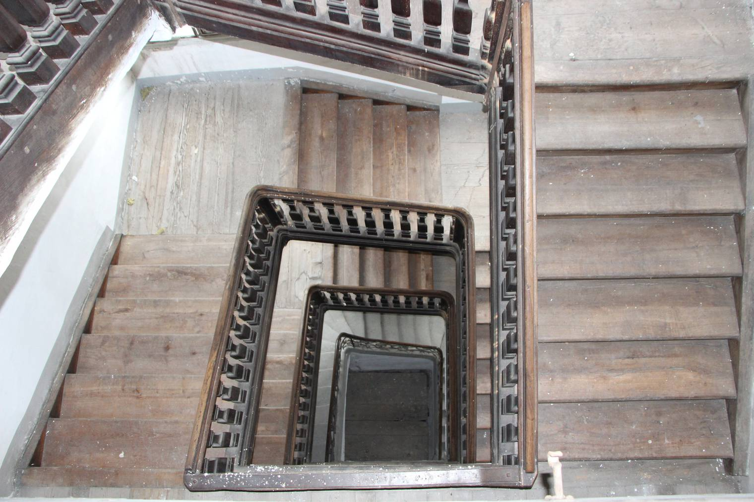 Bei fast jedem Tritt auf der Treppe knarrt es. © FM1Today/Lara Abderhalden