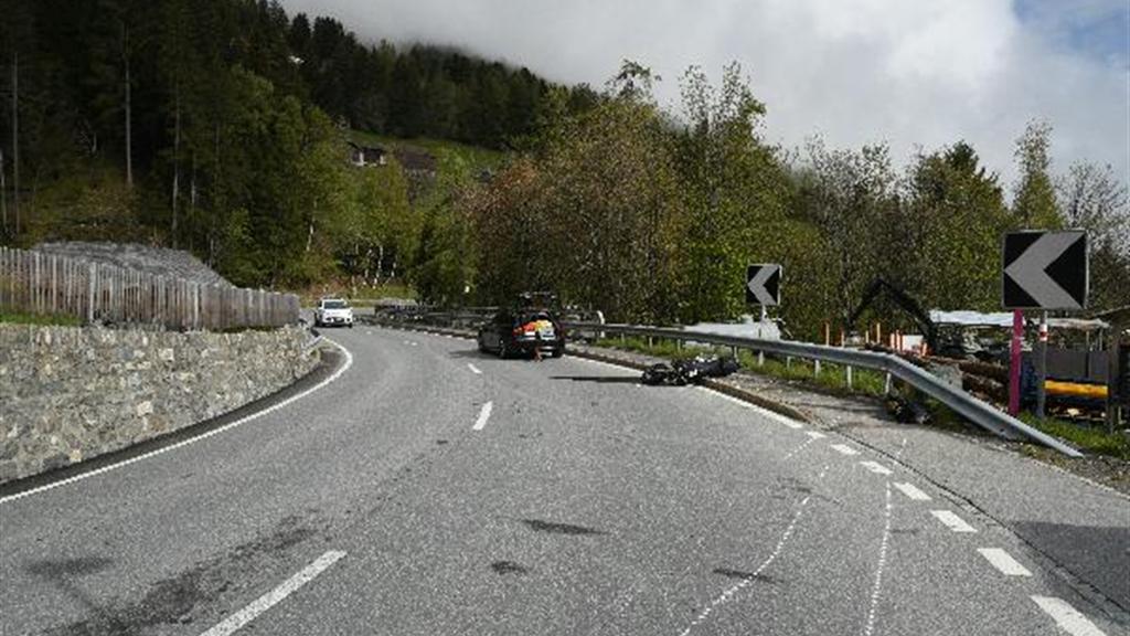 Töfffahrer rutscht mit Vorderrad weg und bleibt bei Leitplanke liegen