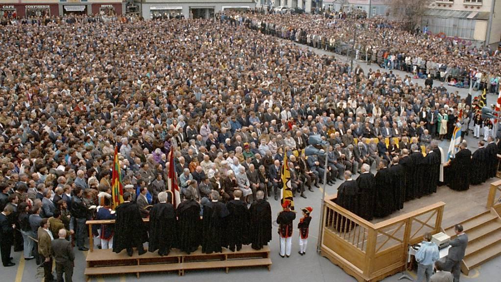 Erstmals heben an der Innerrhoden Landsgemeinde im April 1991 in Appenzell Frauen und Männer gemeinsam die Hand. Möglich wurde dies erst nach einem Machtwort des Bundesgerichts (Archivbild).