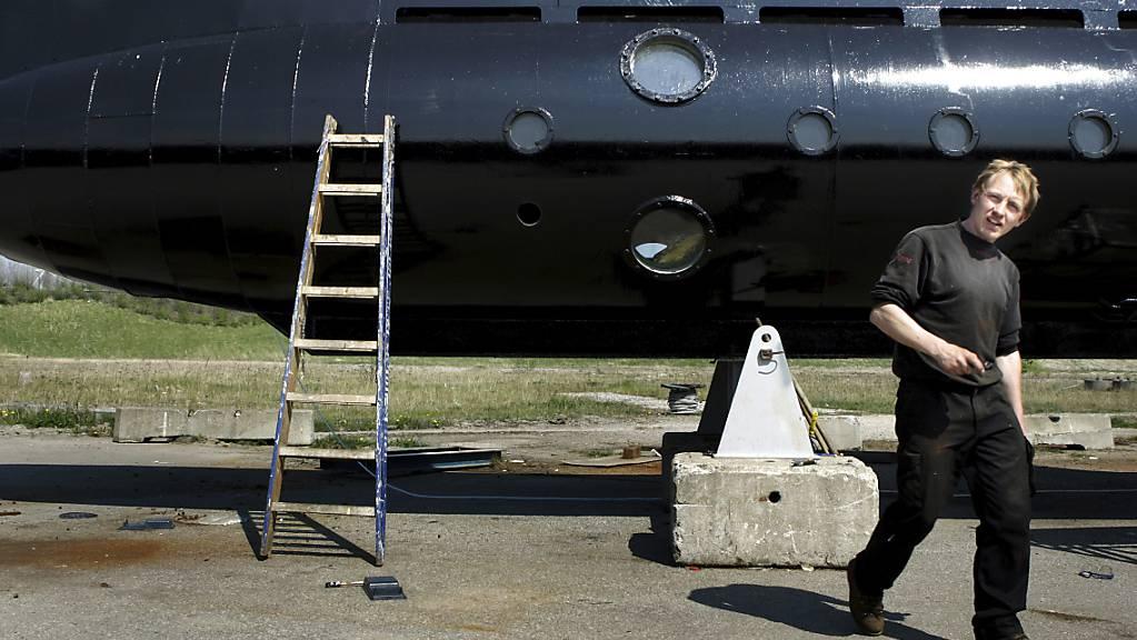 ARCHIV - Peter Madsen geht vor seinem U-Boot. Der bereits zu lebenslanger Haft verurteilte Mörder der Journalistin Wall hat in Dänemark eine weitere Gefängnisstrafe erhalten. Foto: Hougaard Niels/Ritzau Foto/AP/dpa