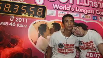 Fix und fertig - und ausgeknutscht: Die neuen Weltrekordhalter im Dauerküssen kommen aus Thailand