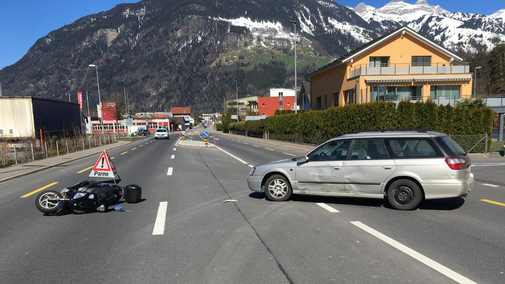 Rollerfahrer verletzt sich bei Kollision mit Auto