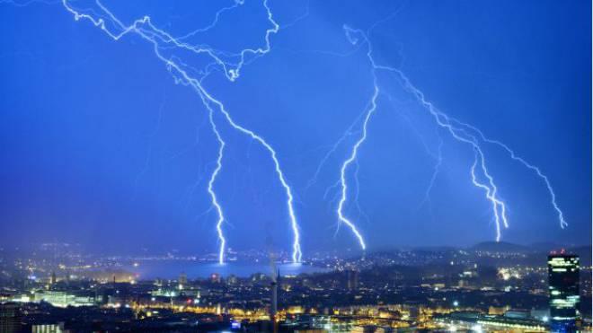 Blitz und Donner für Häuslebauer: Liborhypotheken werden teurer. Foto: Keystone