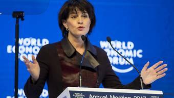 Bundespräsidentin Doris Leuthard gibt in Davos die Freigabe einer ersten Kredittranche für die kriegsgeplagte Ukraine bekannt.