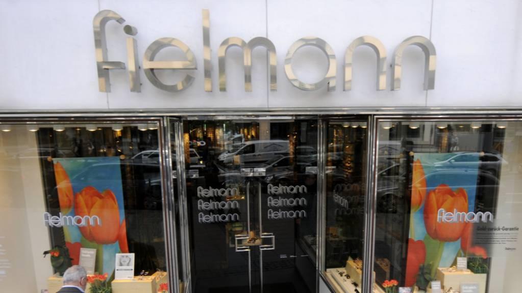 Höhere Personalkosten durch die Expansion im In- und Ausland belasten den Gewinn der Optikerkette Fielmann. (Archiv)