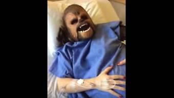 Katie Stricker Curtis mit Wehen und Chewbacca-Maske.