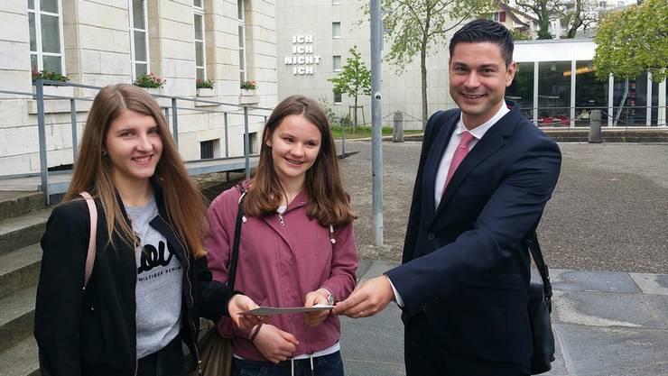 Melina Urech (links) und Sophie Rindlisbacher übergaben Grossratspräsident Benjamin Giezendanner ihre Petition am 9. Mai.