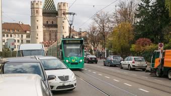 Noch dieses Jahr sollen 180 Parkplätze entlang der Tramgleise aufgehoben werden. (Symbolbild)