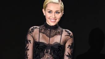 Nicht immer zeigt sich Miley Cyrus so verschleiert: Menschen, die sie nervös machen, begegnet die Popsängerin am liebsten oben ohne (Archiv)