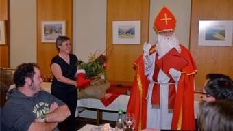 Der abtretende Gemeinderat Thomas Steiner übergibt der «mütterlichen» Gemeindepräsidentin Barbara Leibundgut Rute und Stiefel.