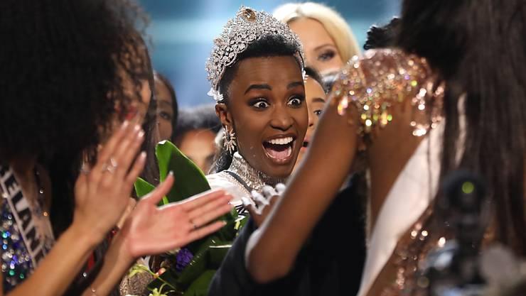 """Miss Universe 2019: Zozibini Tunzi (Mitte) erfährt in Atlanta von ihrer """"Krönung""""."""