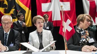 Bernhard Pulver, Simonetta Sommaruga und Nathalie Barthoulot (v.l.n.r.) unterzeichnen den Beschluss zur Auflösung der Interjurassischen Versammlung.