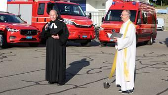 Die beiden Pfarrer Michael Dietliker (l.) und Andreas Stüdli weihten die neuen Fahrzeuge ein.