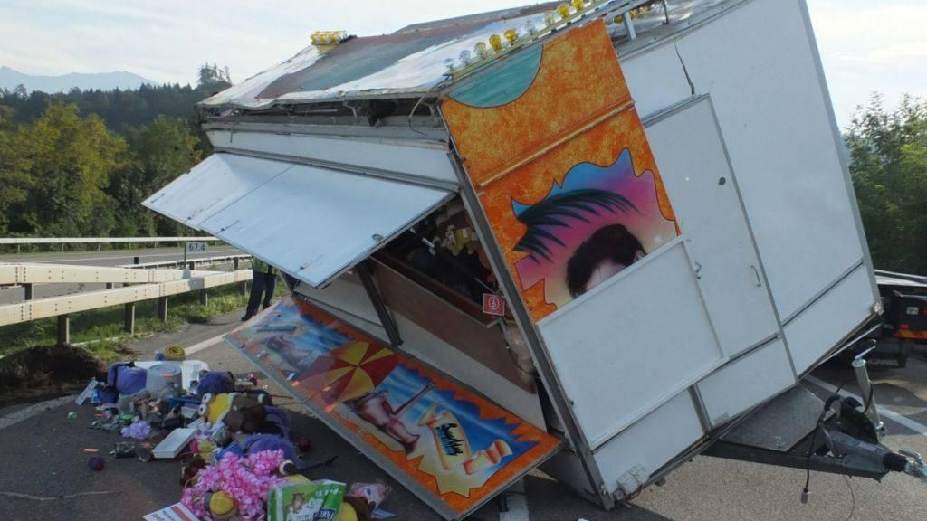 Der umgekippte Schausteller-Anhänger auf der Autobahn A53 bei Schmerikon SG.