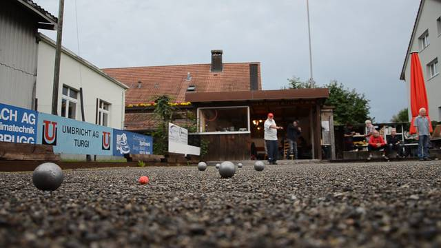 Der Club de Pétanque de la ville de Brugg beim Spiel auf dem Sommerplatz in Lauffohr.