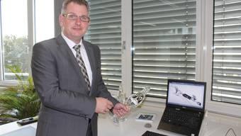 Mathys-CEO Arne Faisst zeigt die Neuentwicklung