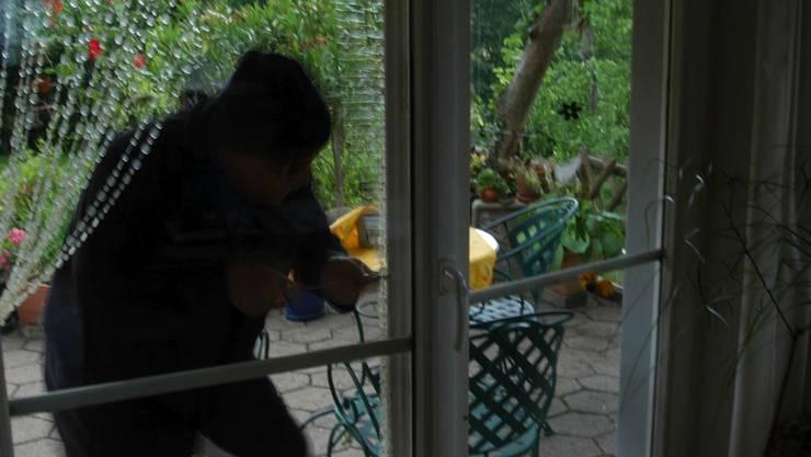 Als der Einbrecher die Hausbesitzerin erblickte, ergriff er sofort die Flucht. (Symbolbild)