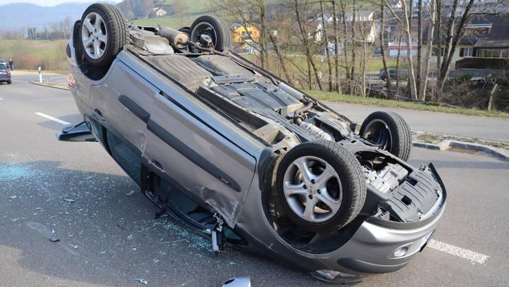 Ein 77-jähriger Autolenker kollidierte mit einem Stein, worauf das Fahrzeug nach links kippte und auf dem Dach liegend zum Stillstand kam.