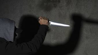 Der Mann griff seinen Mitbewohner nach einer verbalen Ausseinandersetzung mit einem Messer an.  (Symbolbild)
