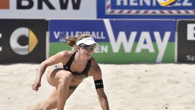 Die Schweizerin Nadine Zumkehr hechtet nach dem Ball (Archivaufnahme)