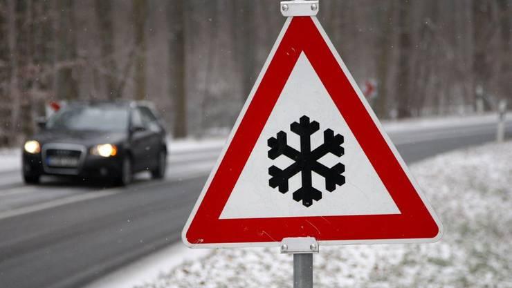 Durch den Schneefall herrschen am Wochenende winterliche Strassenverhältnisse.