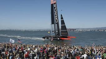 Die Zuschauer empfangen Team Oracle am Pier.