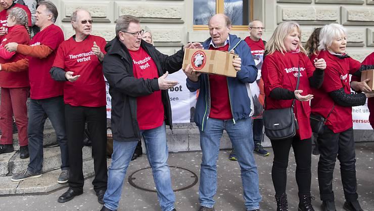 """Mitglieder des Komitees reichen am Montag die Schachteln mit den Unterschriften weiter, bei der Einreichung der Unterschriften für die eidgenössische Volksinitiative """"Ja zum Tier- und Menschenversuchsverbot - Ja zu Forschungswegen mit Impulsen füer Sicherheit und Fortschritt""""."""