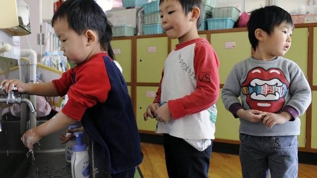 Japanische Kinder ein paar Wochen nach der Katastrophe (Archiv)