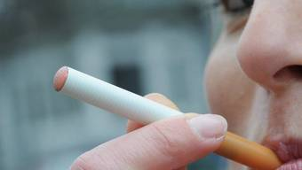 Nun müssen auch Raucherinnen und Raucher von E-Zigaretten mit einem Verbot rechnen (Archiv)