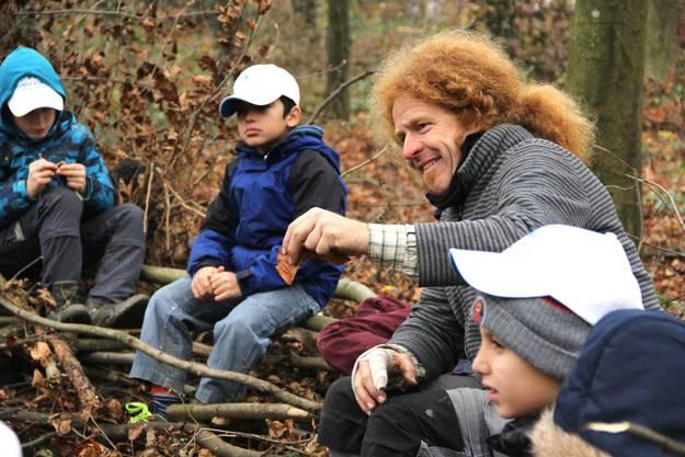 Die Funktion eines Blattes erklärt der Umweltpädagoge den Schülern kindgerecht