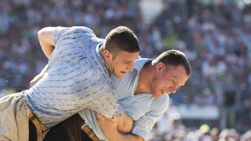 Armon Orlik (links) musste sich am ersten Tag des Eidgenössischen in Estavayer nur Schwingerkönig Matthias Sempach (rechts) geschlagen geben