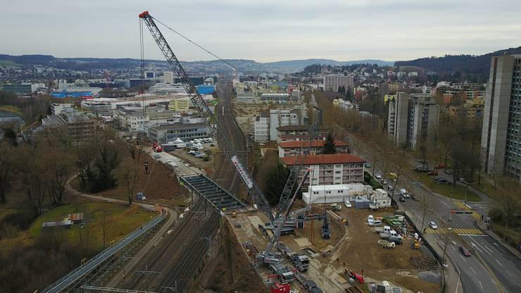 Der grösste Raupenkran der Schweiz mit einer Drohne festgehalten.