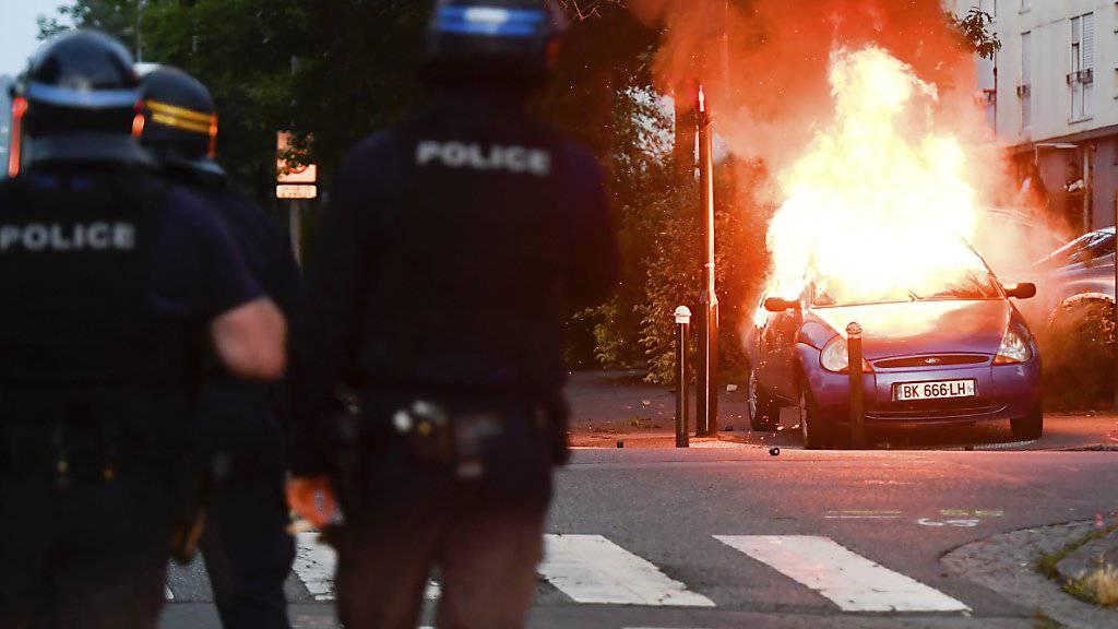 Vierte Krawallnacht in Folge: In der westfranzösischen Stadt Nantes setzten Demonstranten auch am frühen Samstag Autos in Brand. (Archivbild)