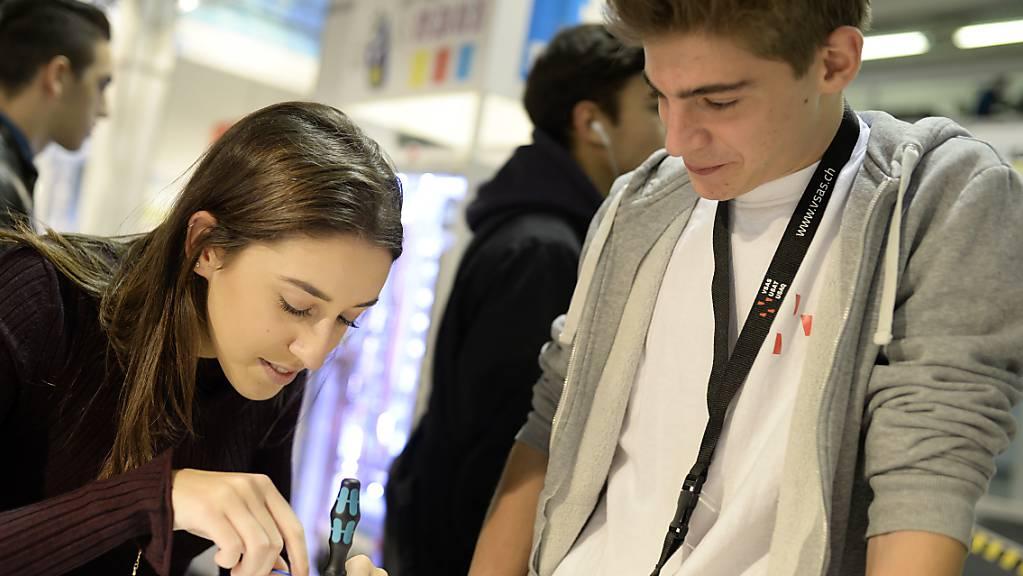 Die meisten Schulabgängerinnen und Schulabgänger sind mit der getroffenen Berufswahl zufrieden. (Archivbild)