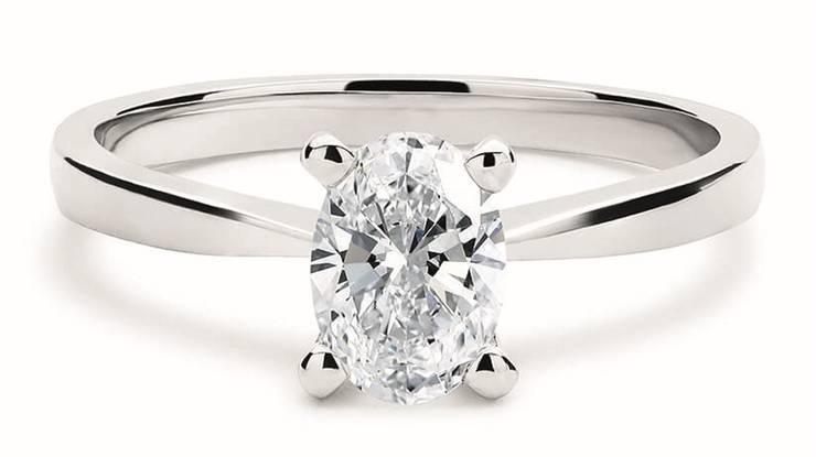 Der Moissanit sieht einem Diamanten zum Verwechseln ähnlich, ist aber deutlich günstiger. Oval ist die Form der Stunde.