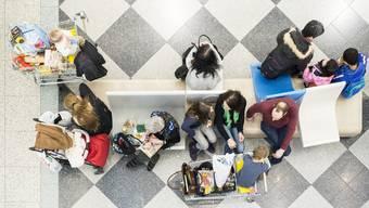 Einkaufstouristen kaufen im deutschen Einkaufszentrum Lago ein. (KEYSTONE/Ennio Leanza)..