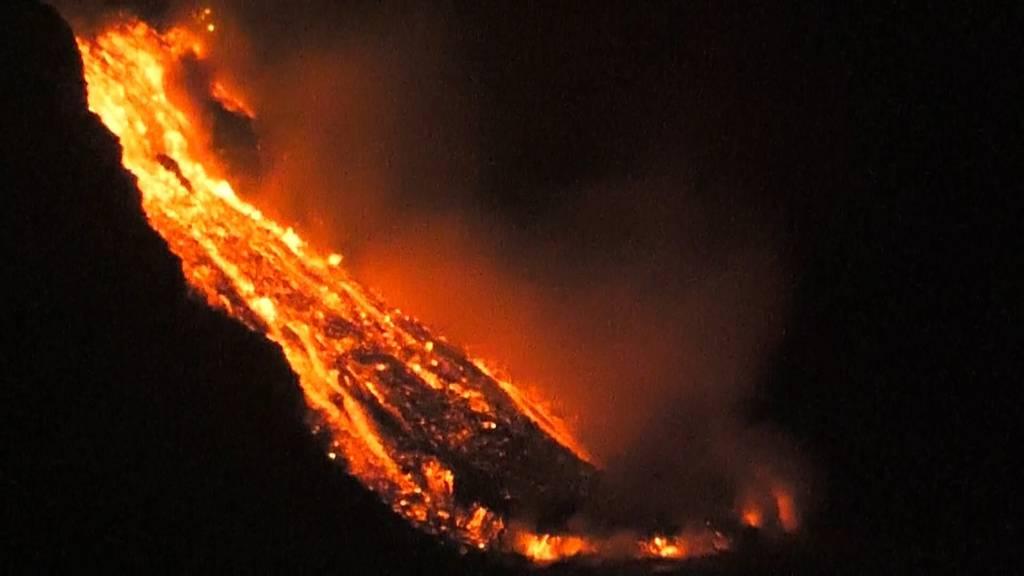 Angst vor giftigen Gasen in La Palma: Lava aus Vulkan ergiesst sich ins Meer