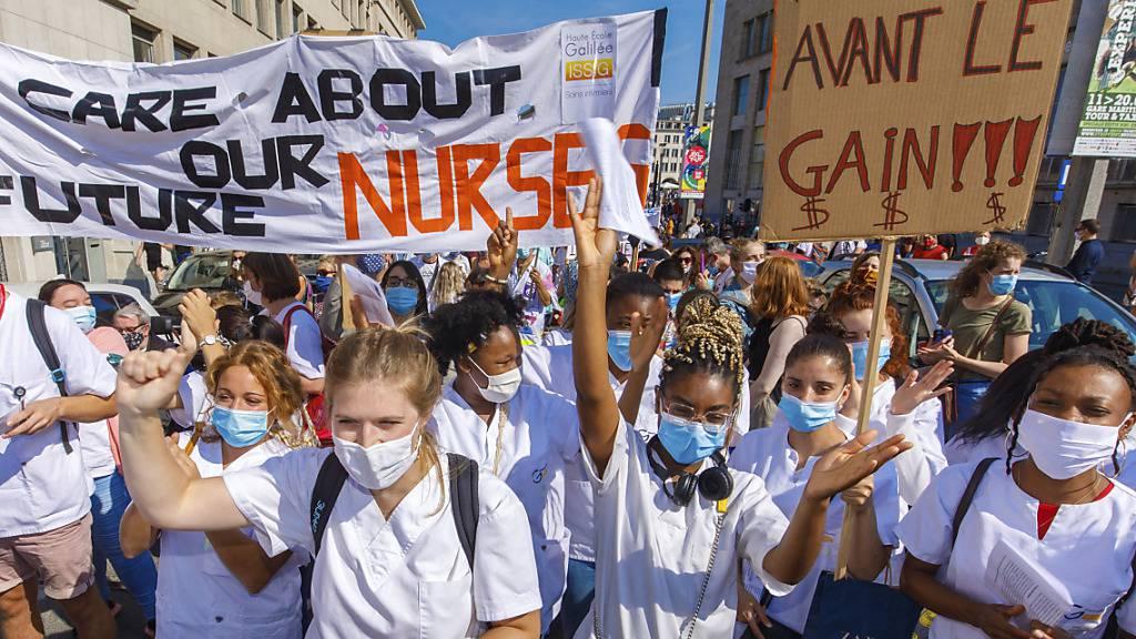 Beschäftigte des Gesundheitssektors demonstrieren im Zentrum von Brüssel. Foto: Olivier Matthys/AP/dpa