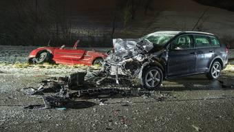 Bei einer Frontalkollision auf der Staffeleggstrasse bei Densbüren wurde eine Person getötet und vier weitere verletzt. (1)