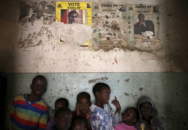 Kinder neben Plakaten der Zanu PF-Kampagne von 2008. Es handelt sich um die Regierungspartei.