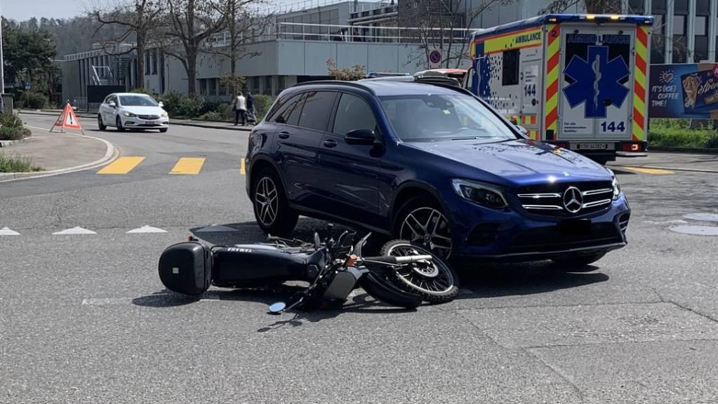 Ein Autofahrer in Schaffhausen hat einen Töfffahrer beim Abbiegen übersehen.