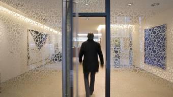 Ein Kunde betritt eine Bank (Symbolbild)