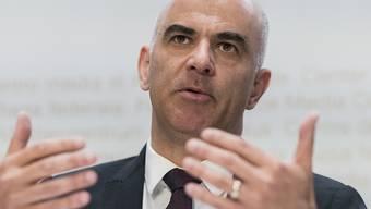 """""""Schutz der Bevölkerung hat oberste Priorität"""": Innenminister Alain Berset informiert die Medien über das Veranstaltungsverbot werden des neuen Coronavirus."""
